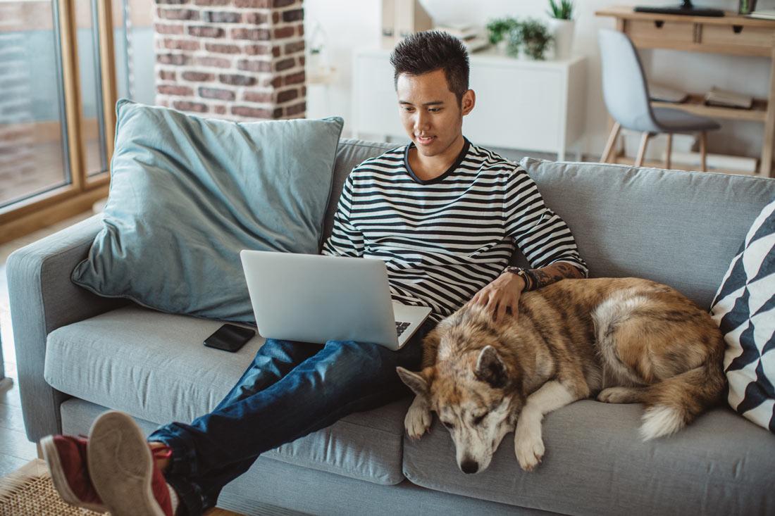 hombre con computadora portátil